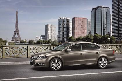 VW Passat Limousine B7 Aussenansicht Seite schräg dynamisch braun