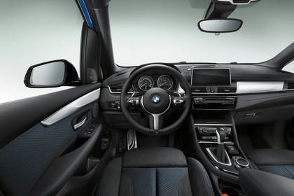 BMW 2er Active Tourer Innenansicht Fahrerposition Studio statisch schwarz
