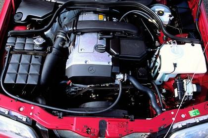 Mercedes-Benz C-Klasse T-Modell S202 Aussenansicht statisch Detail Motor rot