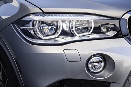 BMW X5 M F85 Aussenansicht Detail Scheinwerfer statisch silber
