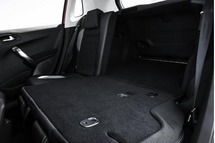 Peugeot 2008 A94 Innenansicht statisch Studio Detail Rücksitze und Kofferraum Rücksitze 2/3 umgeklappt