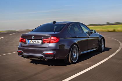 BMW M3 F80 Aussenansicht Heck schräg dynamisch grau