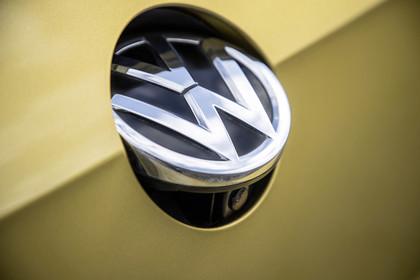 VW Golf 7 Facelift Dreitürer Aussenansicht Heck Detail Logo mit Kamera statisch gold