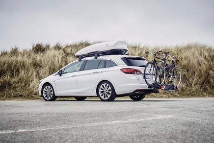 Opel Astra K Sports Tourer Aussenansicht Heck schräg mit Fahrradträger statisch weiss