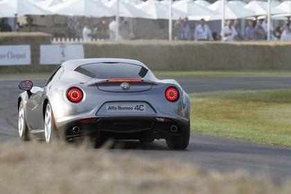 Alfa Romeo 4C Aussenansicht Heck schräg dynamisch grau
