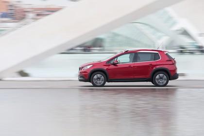 Peugeot 2008 A94 Aussenansicht Seite dynamisch rot