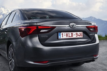 Toyota Avensis Limousine T27 Aussenansicht Heck schräg statisch grau