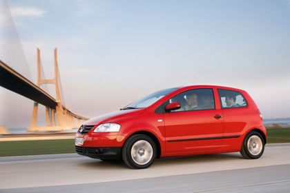 VW Fox 5Z Aussenansicht Seite schräg dynamisch rot