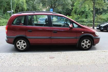 Opel Zafira A Facelift Aussenansicht Seite statisch rot