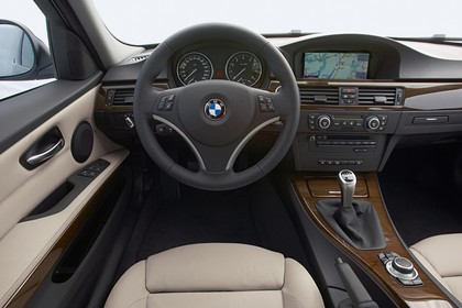 BMW 3er Limousine LCI Innenansicht statisch Vordersitze und Armaturenbrett fahrerseitig