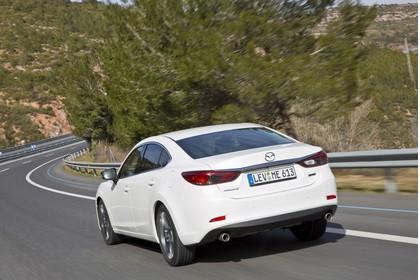 Mazda 6 Limousine GJ Aussenansicht Heck schräg dynamisch weiss