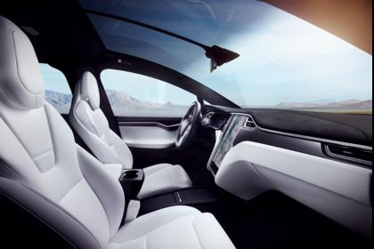 Tesla Model X Innenansicht statisch Vordersitze und Armaturenbrett beifahrerseitig