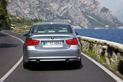 BMW 3er Limousine Aussenansicht Heck dynamisch grau