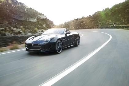 Jaguar F-Type V8 S Cabriolet QQ6 Aussenansicht Front schräg dynamisch schwarz