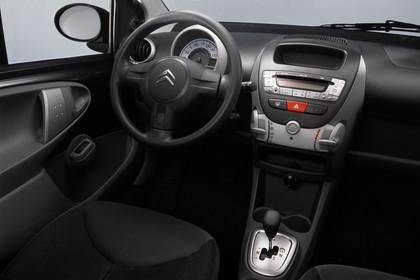 Citroën C1 Fünftürer P Innenansicht statisch Studio Fahrersitz Mittelkonsole und Armaturenbrett beifahrerseitig