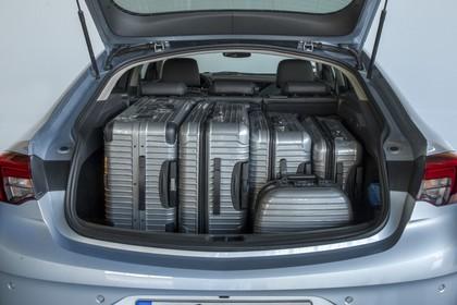 Opel Insignia B Grand Sport Aussenansicht Heck Kofferraum geöffnet mit Koffern statisch silber