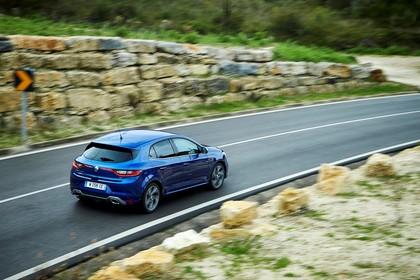 Renault Megane IV Aussenansicht Heck schräg erhöht dynamisch blau