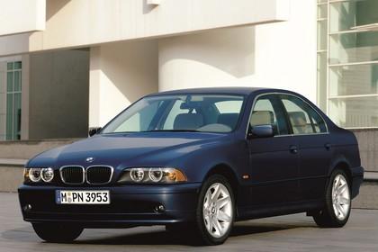 BMW 5er Limousine E39 LCI Aussenansicht Front schräg statisch dunkelblau