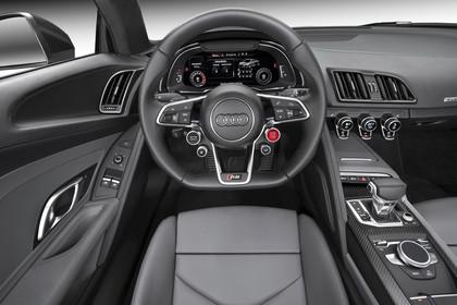 Audi R8 Coupe Innenansicht Fahrerposition Studio statisch beige