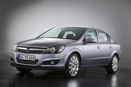 Opel Astra H Limousine Facelift Aussenansicht Front schräg Studio statisch silber