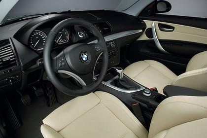 BMW 1er Dreitürer E81 Innenansicht statisch Studio Vordersitze und Armaturenbrett fahrerseitig