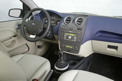 Ford Fiesta MK6 Studio Innenansicht Beifahrerposition statisch weiß blau