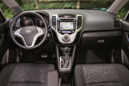 Hyundai ix20 Innenansicht Fahrerposition statisch silber schwarz