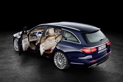 Mercedes W213 T-Model Aussenansicht Heckschräg Türen geöffnet statisch Studio blau