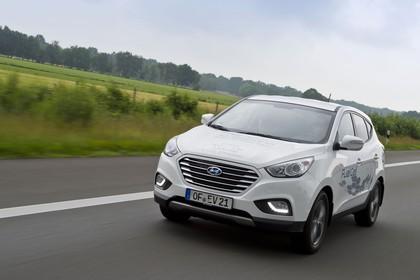 Hyundai ix35 Fuel Cell EL Aussenansicht Front dynamisch weiß