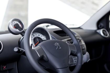 Peugeot 107 P Facelift Fünftürer Innenansicht statisch Lenkrad und Armaturenbrett fahrerseitig
