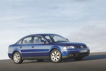 VW Passat Limousine B5 Facelift Aussenansicht Seite schräg statisch blau