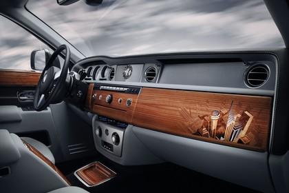 Rolls-Royce Phantom Innenansicht statisch Vordersitze und Armaturenbrett beifahrerseitig