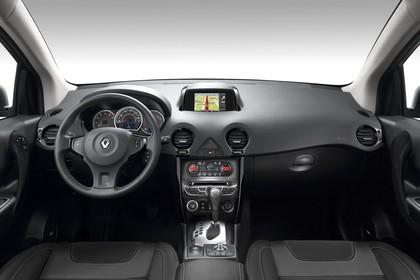 Renault Koleos Y Facelift Innenansicht statisch Studio Vordersitze und Armaturenbrett
