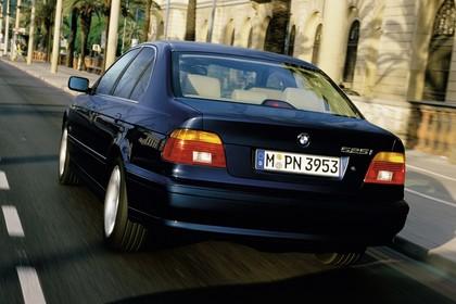 BMW 5er Limousine E39 LCI Aussenansicht Heck schräg dynamisch dunkelblau