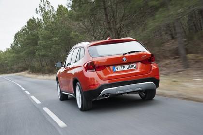 BMW X1 E84 LCI Aussenansicht Heck schräg dynamisch orange