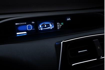 Toyota Prius XW5 Innenansicht statisch Studio Detail Tacho