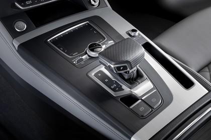 Audi Q5 FY Innenansicht statisch Detail Mittelkonsole und Schalthebel