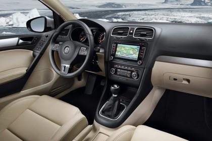 VW Golf 6 Fünftürer Innenansicht statisch Vordersitze und Armaturenbrett beifahrerseitig