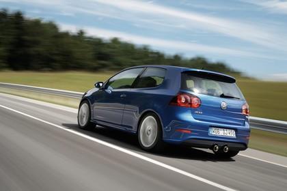 VW Golf 5 R Dreitürer Aussenansicht Heck schräg dynamisch blau