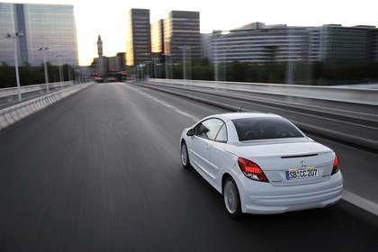 Peugeot 207 CC W Facelift Aussenansicht Hecks schrag dynamisch weiss