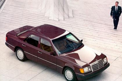 Mercedes E-Klasse Limousine W124 Aussenansicht Draufsicht Seite schräg statisch rot