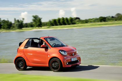 Smart Fortwo Cabrio 453 Aussenansicht Seite schräg dynamisch orange