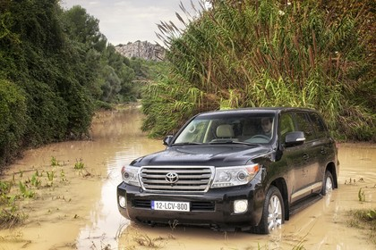 Toyota Land Cruiser V8 J20 Aussenansicht Front schräg statisch schwarz