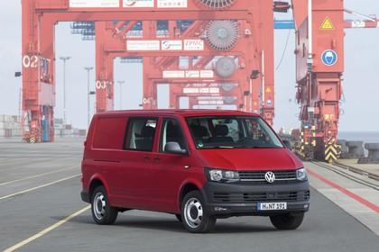 VW T6 Transporter Kastenwagen Plus Aussenansicht Front schräg statisch rot