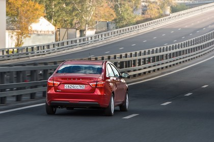Lada Vesta Aussenansicht Heck schräg dynamisch rot