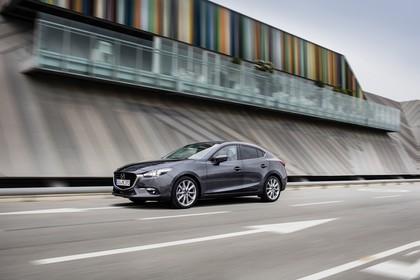 Mazda 3 BM Viertürer Aussenansicht Seite schräg dynamisch grau