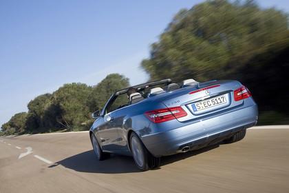 Mercedes-Benz E-Klasse Cabriolet A207 Aussenansicht Heck dynamisch blau