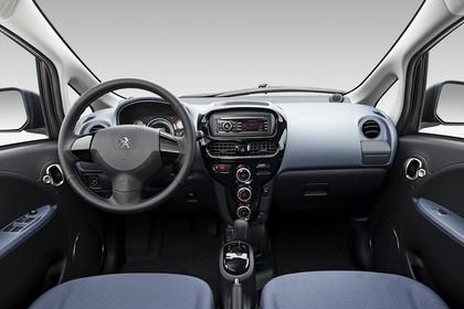 Peugeot iOn Innenansicht statisch Studio Vordersitze und Armaturenbrett