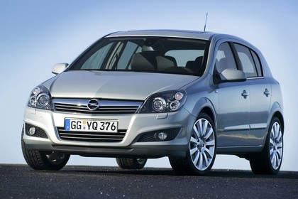 Opel Astra H 5Türer Aussenansicht Front schräg statisch silber