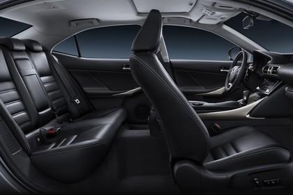 Lexus IS XE3 Innenansicht statisch Studio Rücksitze Vordersitze und Armaturenbrett beifahrerseitig